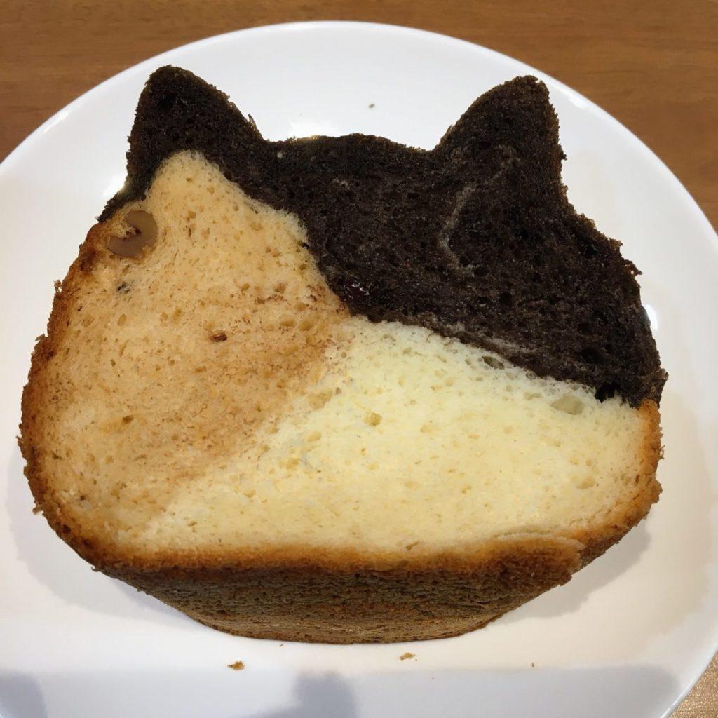 ねこねこ食パンの三毛猫